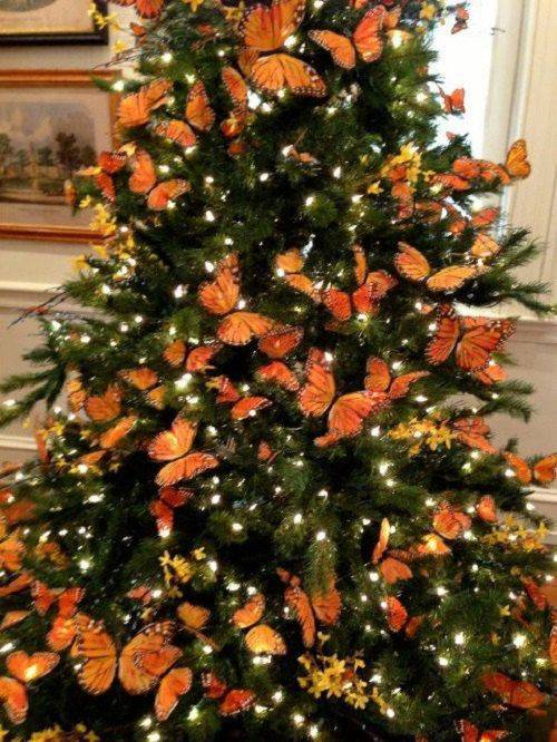 arvore de natal laranja com borboletas