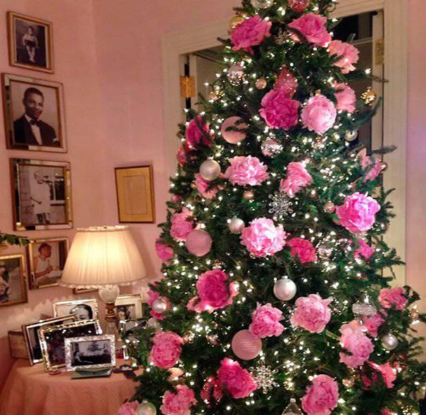 arvore de natal rosa com enfeites