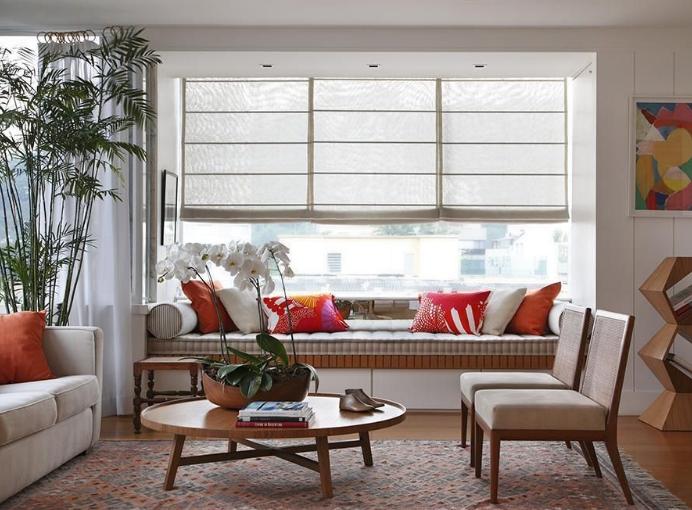 Sala de estar com tela protegendo da luz solar.