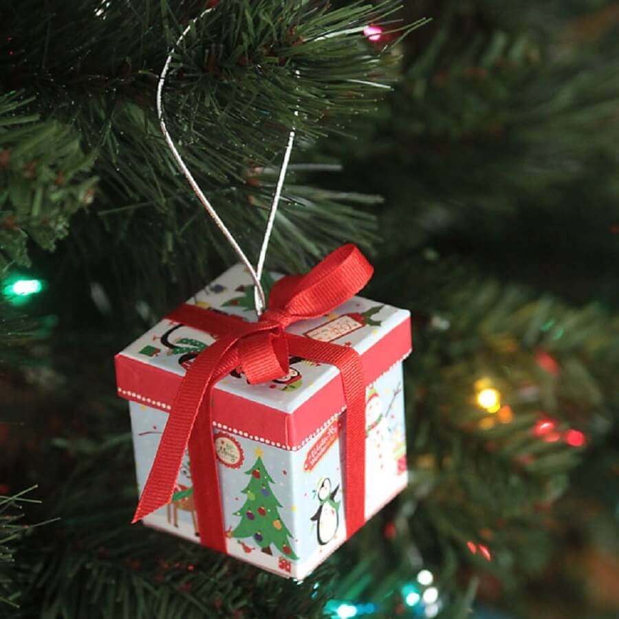 There are many Christmas tree ornament models that you can use to decorate your