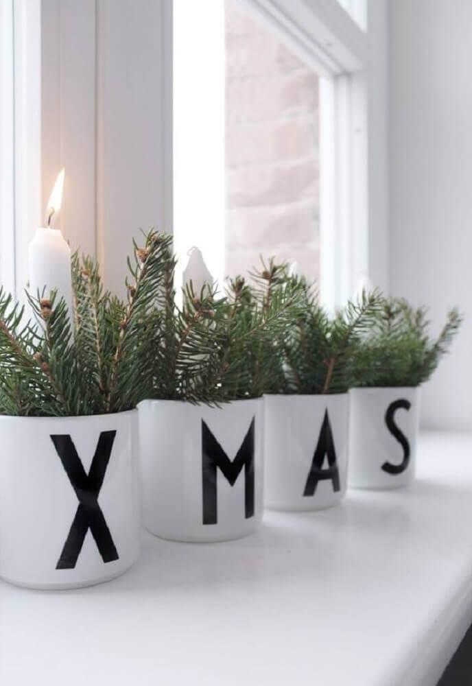 canecas brancas decoradas para enfeites de natal Foto ThaiTicketMajor