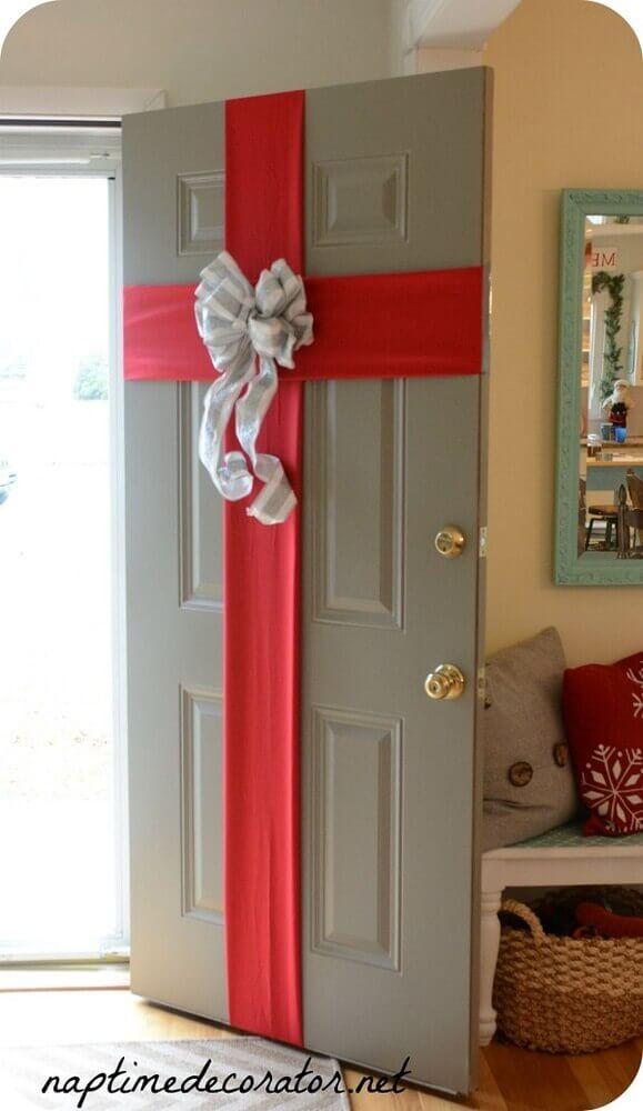 Modelo diferente de decoração natalina para porta