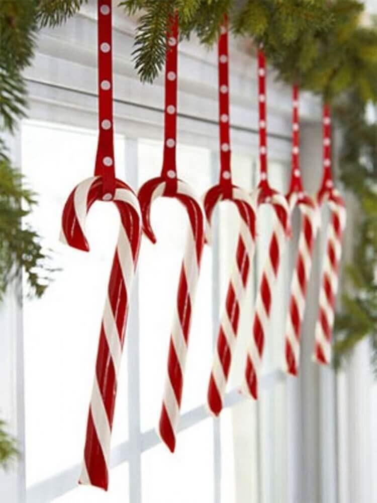 Enfeites de Natal fixados próximo a janela
