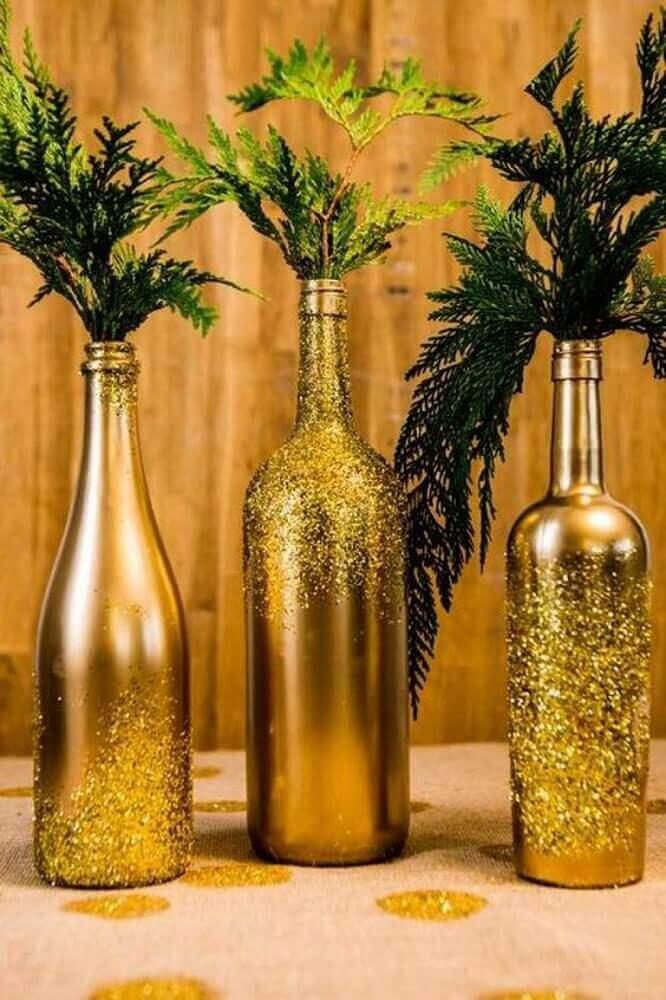 enfeites de natal com garrafas pintadas de dourado Foto L'astucerie
