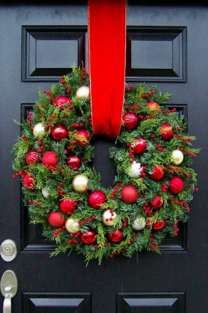Os modelos tradicionais de guirlandas natalinas dão um toque super especial à decoração da frente da casa