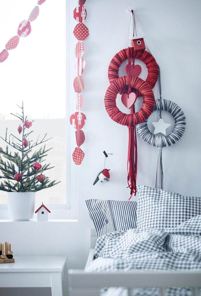 Misture cores vibrantes com neutras para uma decoração natalina mais interessante
