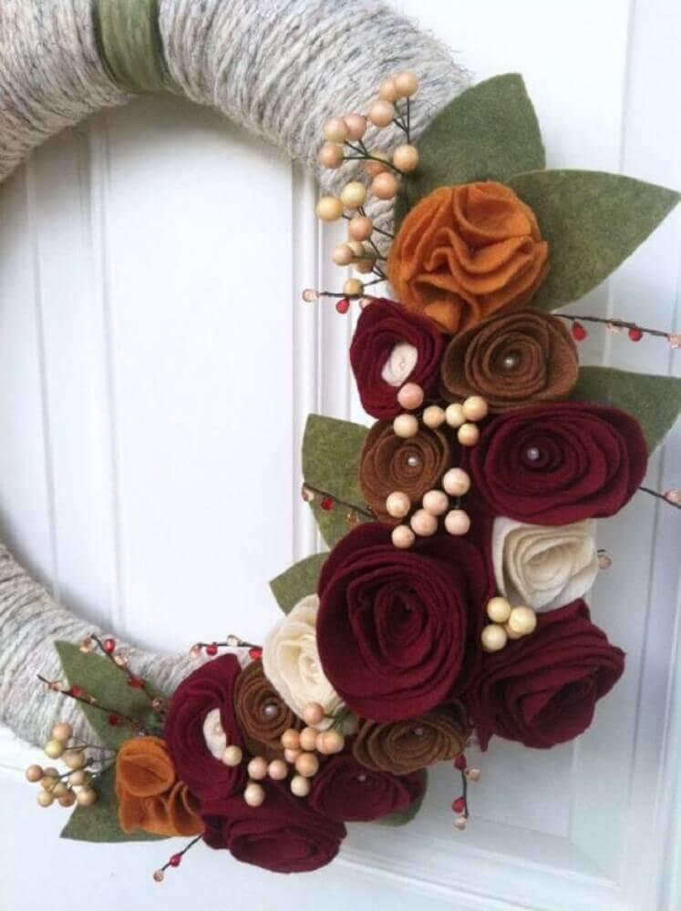 Decoração com linda guirlanda natalina de artesanato