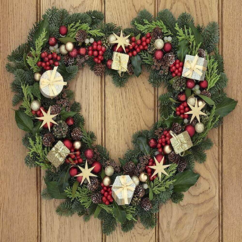 Christmas garland doesn't always need to be round, how about making one in heart shape