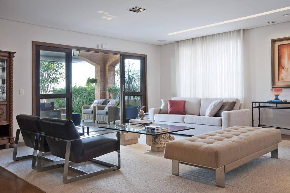 Nesta casa assinada pela arquiteta Claudia Krakowiak Bitran, do escritório KTA, as cores claras, as telas/cortinas para evitar a incidência direta da luz solar e o sistema de ventilação cruzada foram apostas para diminuir o calor do ambiente.