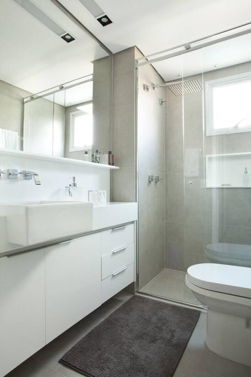reforma de banheiro com piso que imita cimento queimado e metais com design diferenciado