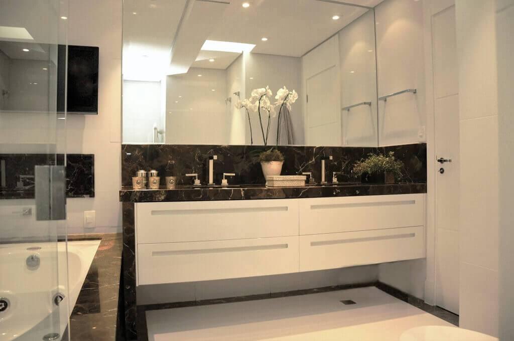 reforma de banheiro com TV no banheiro