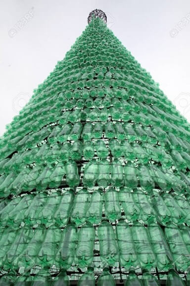 Árvore de natal de garrafa PET alta com garrafas inteiras Foto de 123RF