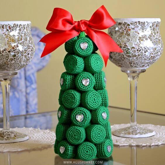 Árvore de natal de garrafa PET com as tampinhas cobertas com crochê Foto de Agus Yornet