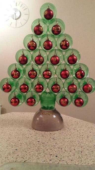 Árvore de natal de garrafa PET com bolas de natal vermelhas Foto de Pinterest