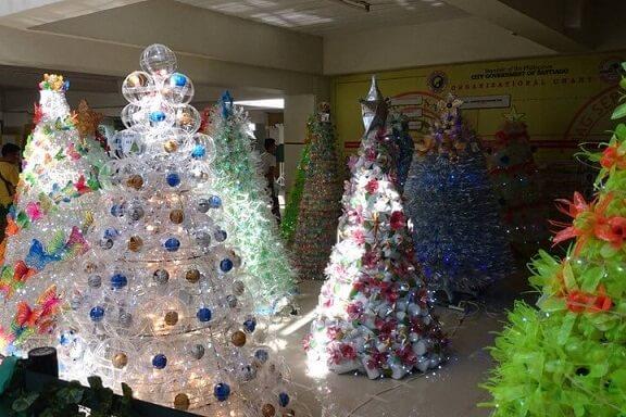Árvore de natal de garrafa PET com enfeites diversos de natal Foto de CBN News