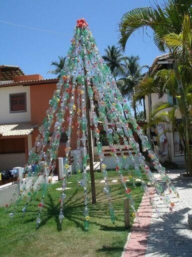 Árvore de natal de garrafa PET com fios Foto de skot & danielle