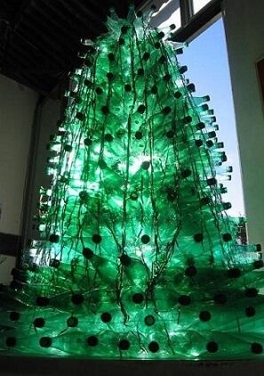 Árvore de natal de garrafa PET com luz interna Foto de Assarte