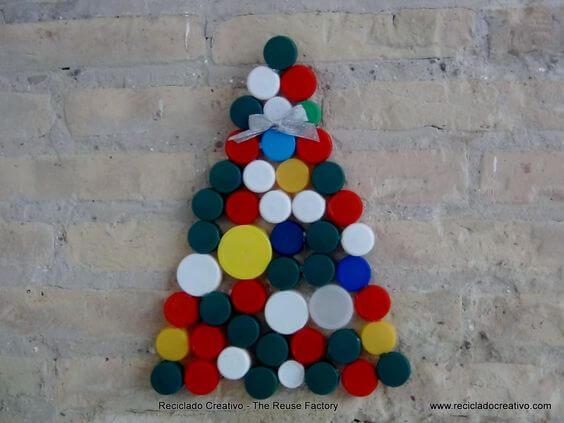 Árvore de natal de garrafa PET com tampas coloridas Foto de Reciclado Creativo