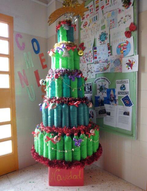 Árvore de natal de garrafa PET em tons diferentes de verde Foto de Sogdia