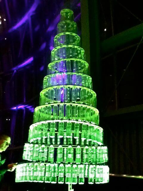 Árvore de natal de garrafa PET pendurada Foto de Weekly Blog Club