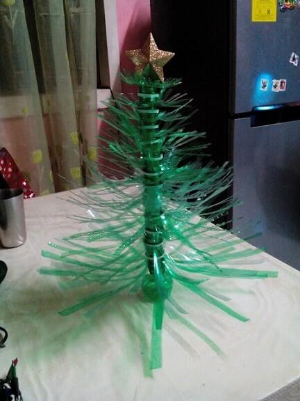 Árvore de natal de garrafa PET picotada Foto de Thrifty Fun