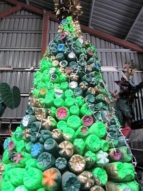 Árvore de natal de garrafa PET pintada Foto de Pinterest