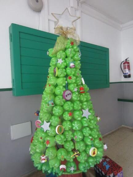 Árvore de natal de garrafa PET verde clara com enfeites Foto de Cabildo de Lanzarote