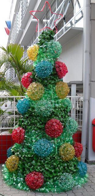 Árvore de natal de garrafa PET verde com enfeites coloridos Foto de Photography InStyle