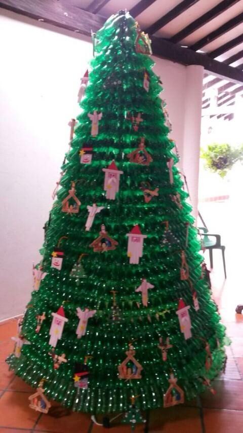 Árvore de natal de garrafa PET verde com enfeites feitos em casa Foto de Gomved
