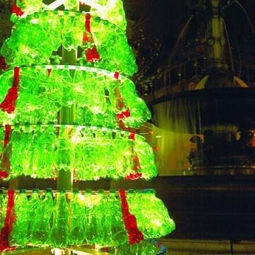 Árvore de natal de garrafa PET verde com vermelho Foto de I Green Spot