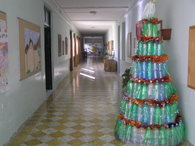 Árvore de natal de garrafa PET verde e azul Foto de Ghajnsielem Primary School