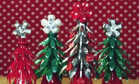 Árvore de natal de garrafa PET verde e vermelha Foto de Coca-Cola