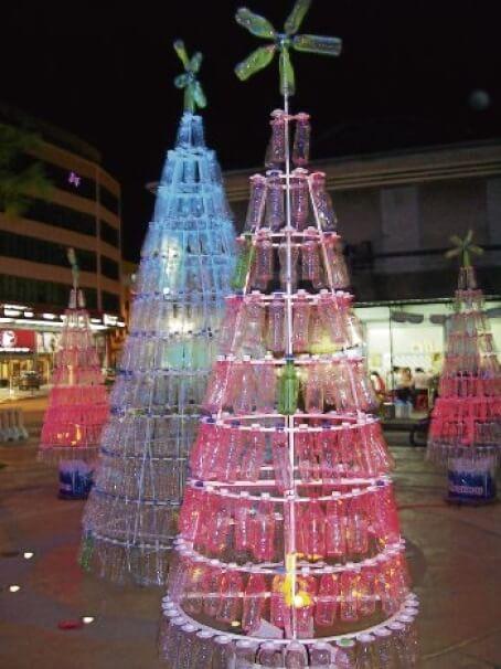 Árvore de natal de garrafa PET vermelha com enfeite de garrafas Foto de Envdev Malaysia
