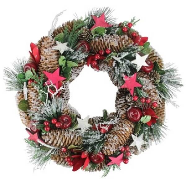 Guirlanda de Natal feita com pinhas e flores artificiais