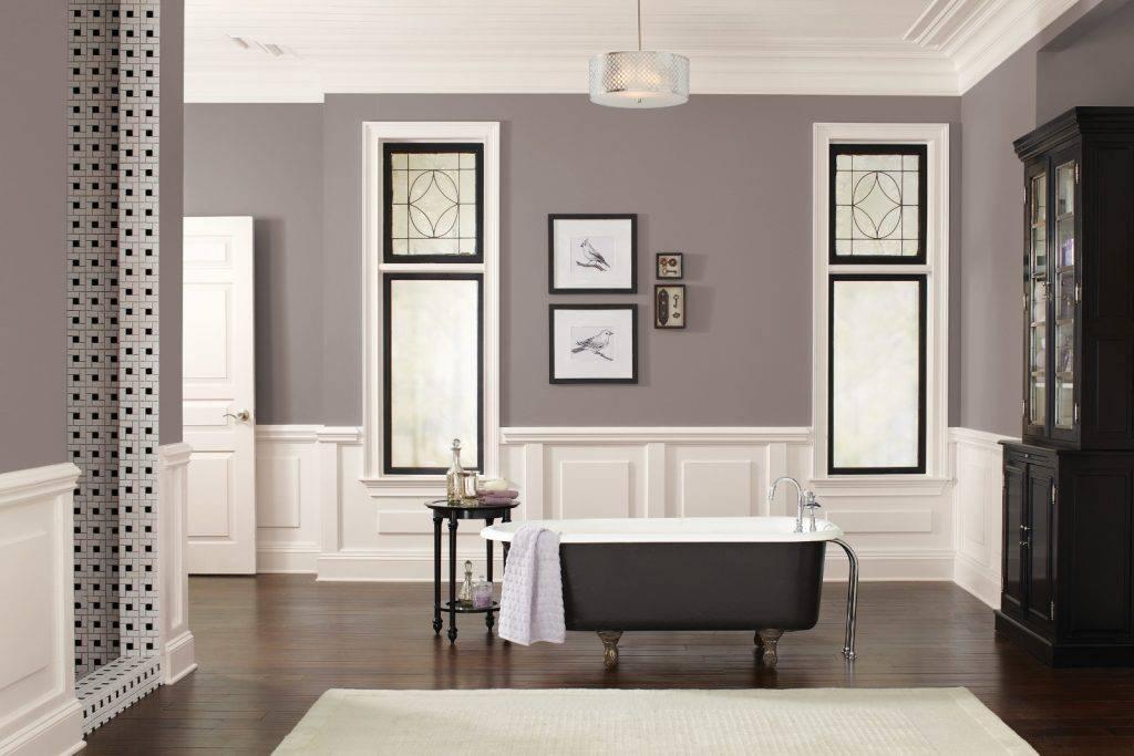 Banheiro no tom de cinza misturado com barro