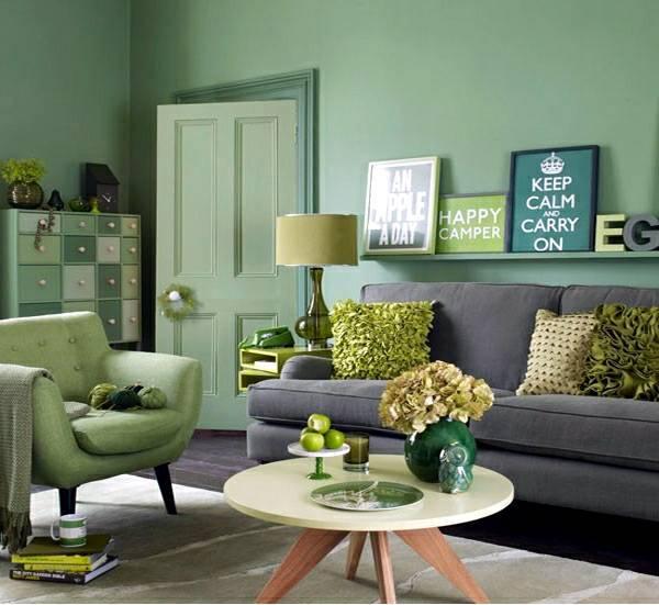 Sala com parede verde móveis verde poltrona verde