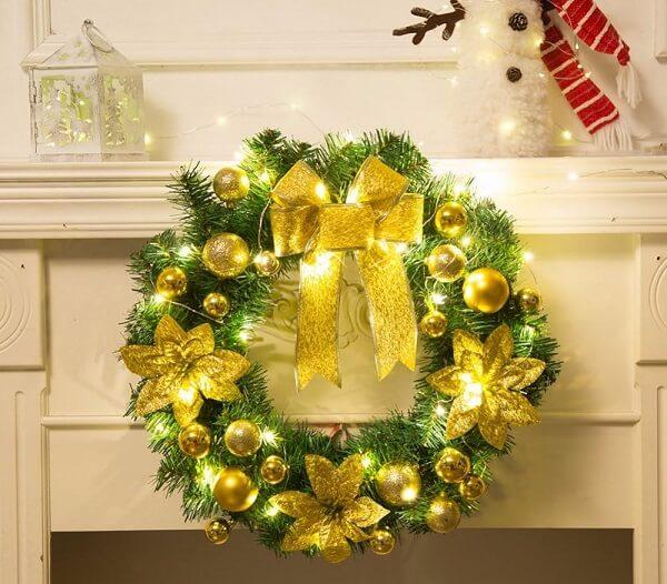 Guirlanda de Natal feita com flores artificiais e detalhes em dourado