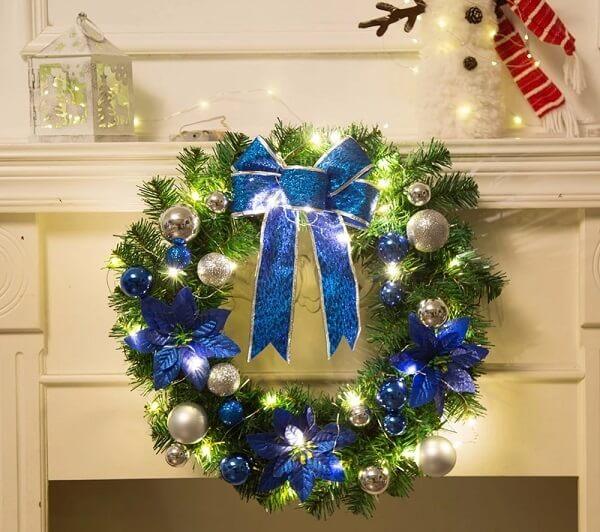 Guirlanda de Natal feita com flores artificiais e detalhes em azul