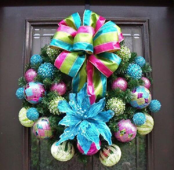 Guirlanda para Natal com laço de fita grande e bolas coloridas