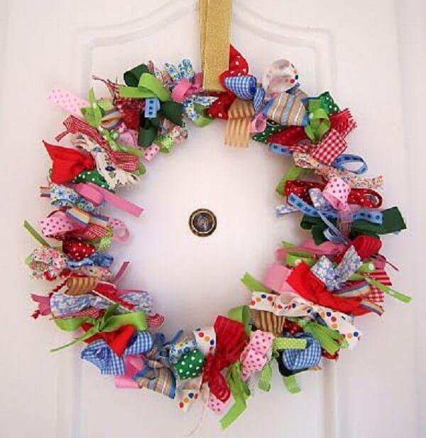 Guirlanda de Natal feita com fitas coloridas