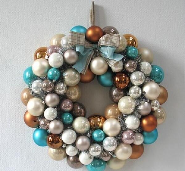 Guirlanda de Natal com bolas coloridas