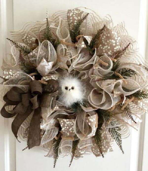 Guirlanda de Natal com flores artificias e detalhes em tom neutro