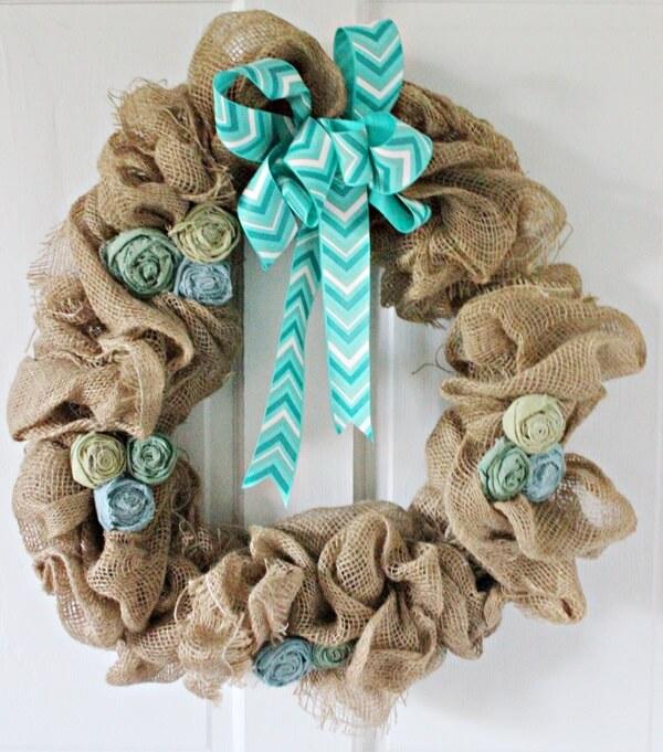 Guirlanda para Natal com tecido de juta, flores artificiais e laço de fita estampado