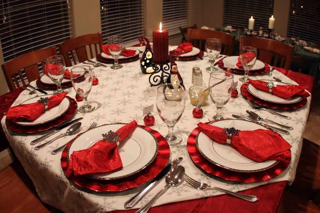 Decoração de Natal para a ceia de jantar mes posta vermelha