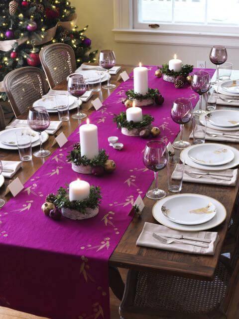 Decoração de Natal para a ceia de jantar mesa posta roxa