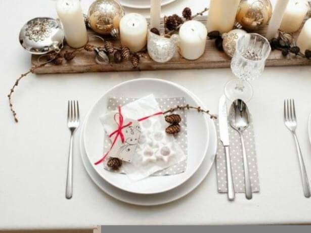 Decoração de Natal para a ceia de jantar pratos e talheres