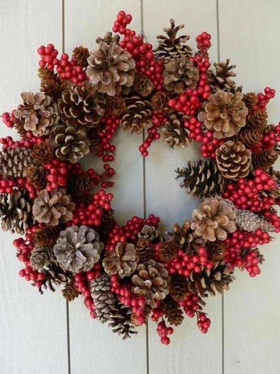 Guirlanda de Natal com pinhas e detalhes vermelhos diy