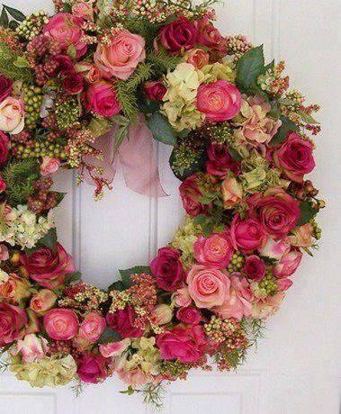 Guirlanda de Natal de flores rosas e vermelhas