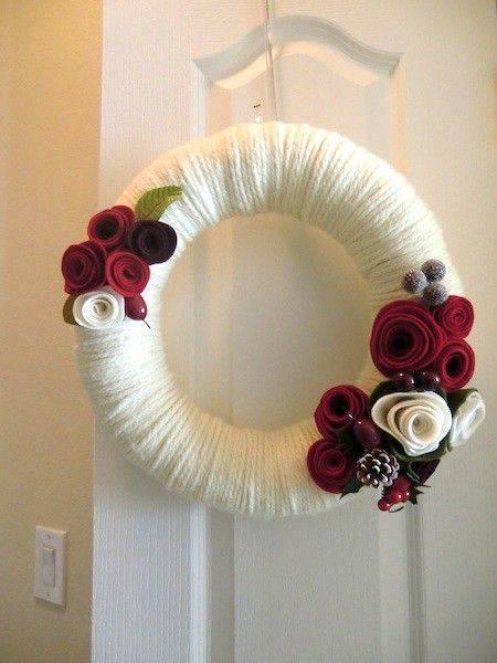 Guirlanda de Natal de linha branca e flores vermelhas