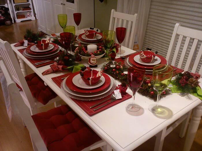 Mesa de Natal com detalhes vermelhos e brancos